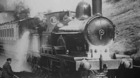 still uit The Brilliant Biograph: Earliest Moving Images of Europe (1897-1902): Irish Mail L.N.W. Railway Taking up Water at Full Speed